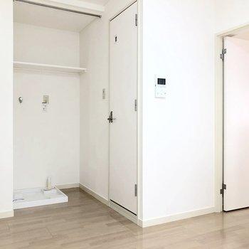 洗濯機置場とトイレは別の場所にあります