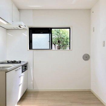 キッチンにも小窓がありますよ