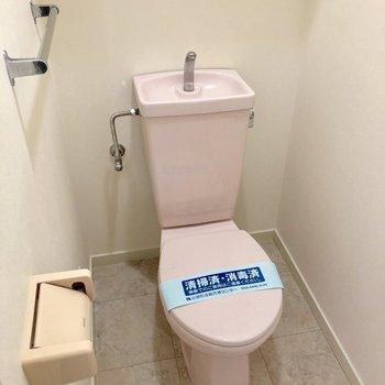 トイレはいちごクリームのような可愛いピンク色です