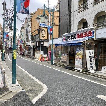 通りに出ると飲食店などが並んでいます