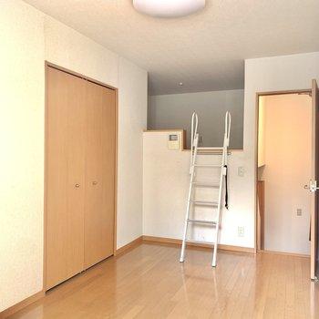 コンパクトな洋室なので家具はシンプルにまとめましょう◎