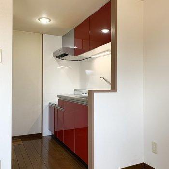 【LDK】キッチンは赤で華やかに。