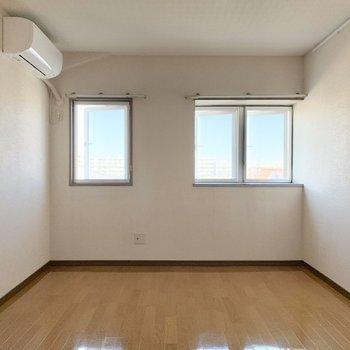【洋室6.5帖】こちらのお部屋は窓が3つ。