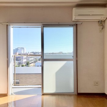 【洋室5.4帖】こちらは大きな窓になっています。