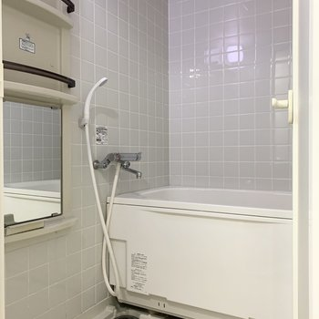 浴室はタイル調となっています。