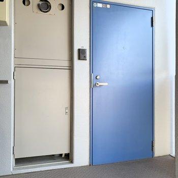 外からも玄関は青くて爽やかです。