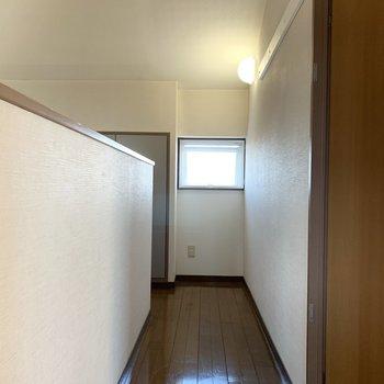 廊下にも窓があります。