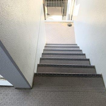 階段は目の前に入ります。