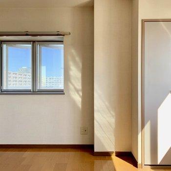 【洋室7.5帖】入ると双子の窓と。