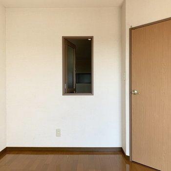 【洋室5.4帖】廊下の方にも窓が。