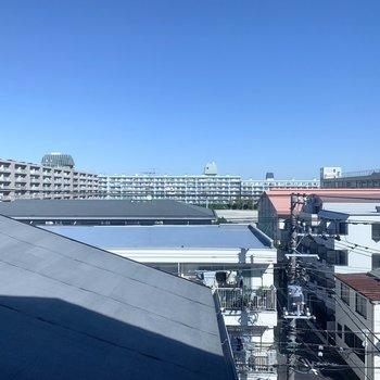 【洋室6.5帖】青空も見渡せます。