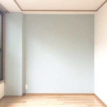 【洋室】水色の壁が落ち着きますね。