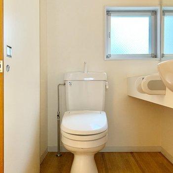 トイレは脱衣所にあります。