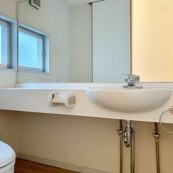 こちらは2階の洗面台。鏡が大きいですね。