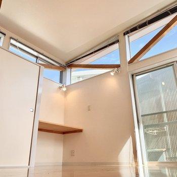 【洋室】こちらも天井が高め!