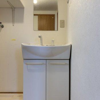 洗濯機置き場は洗面台のお隣に。