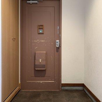 玄関はちょっと大人なピンク。