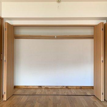 【洋室】収納BOXなどを置けば整理整頓もしっかりできそう。