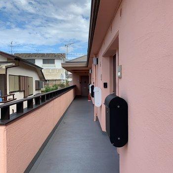 ピンクの壁に白黒順に並んだメールBOXがキュート!