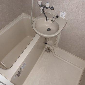 シャンプーなどを置くスペースがありますね。 ※写真は2階の同間取り別部屋のものです。フラッシュを使用しています