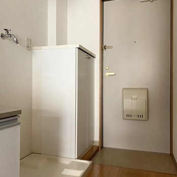 キッチンの横、洗濯機置き場。 ※写真は2階の同間取り別部屋のもの、通電前のものです