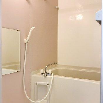 お風呂はほのかなピンクで。
