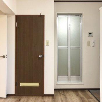 【DK】左はトイレ、右がお風呂です。※写真は2階の同間取り別部屋のものです