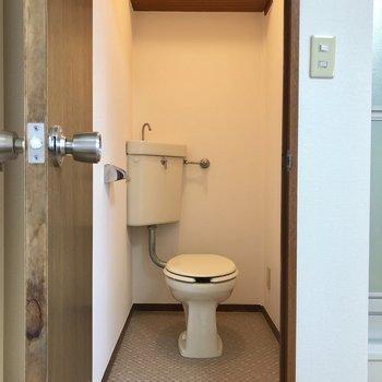 上部に備品を置いておける棚付き。※写真は2階の同間取り別部屋のものです