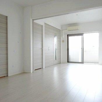 広々とした白の空間。開放感!