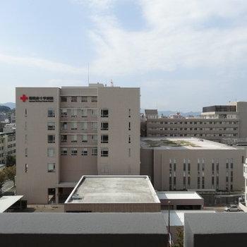 目の前は日赤病院!