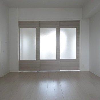 扉を閉めると十分な広く、光もよく入ります。