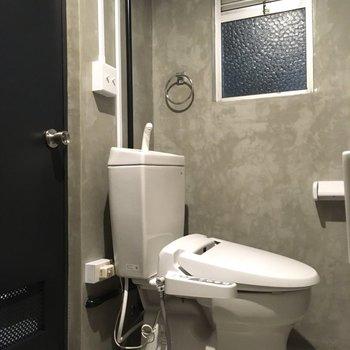 トイレはウォシュレット付き。スイッチも可愛い。