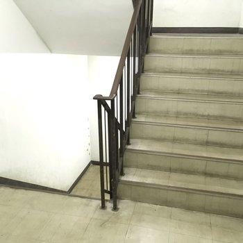 階段はあちこち、たくさんあります。