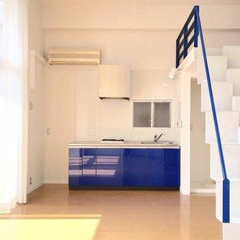 キッチンもブルーで統一感。(※写真は清掃前のものです)