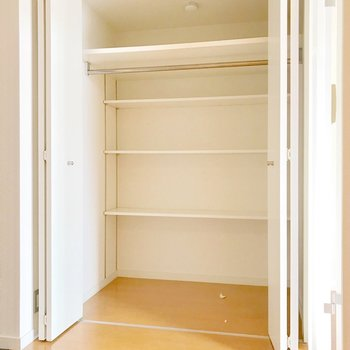 奥行きたっぷり!棚もハンガーポールもあるので収納しやすいです。(※写真は清掃前のものです)