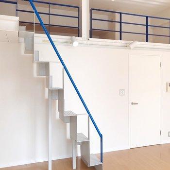 階段の下にもラックを置けますね。(※写真は清掃前のものです)