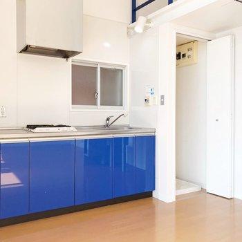 キッチンの隣に洗濯機置場。扉付きで生活感を隠せます。(※写真は清掃前のものです)