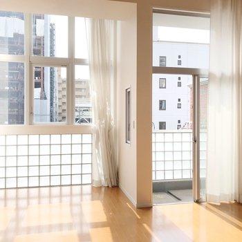 大きな窓とガラスブロックが爽やか。(※写真は清掃前のものです)
