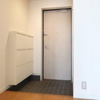 玄関周りもかなりゆったり。(※写真は清掃前のものです)