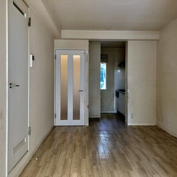 【ダイニング】正面にある扉が玄関につながっています