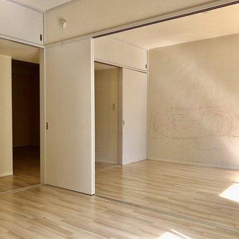 【間取図左側の洋室】扉を全部開けるとお部屋の全体位が見えますよ(写真はクリーニング前のものを使用しています)