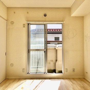 【間取図左側の洋室】こちらの窓は少し小さめ(写真はクリーニング前のものを使用しています)