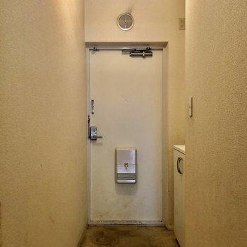 玄関はシンプルなつくりに