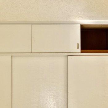 【間取図左側の洋室】上にも壁いっぱいの収納が