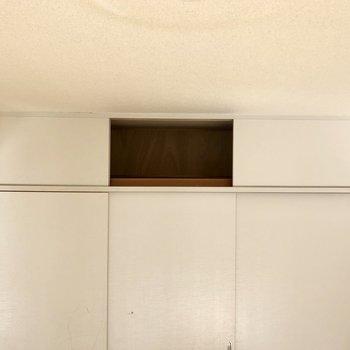 【間取図右側の洋室】上の収納には普段使わないものを