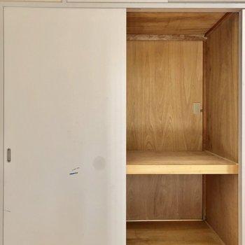 【間取図左側の洋室】押入れは奥行きもあってたくさん収納できますよ