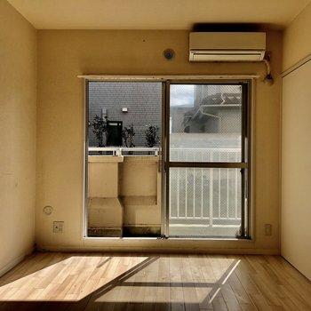 【間取図右側の洋室】日差しが差し込んで気持ちが良さそう!(写真はクリーニング前のものを使用しています)