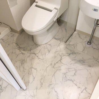 脱衣所はトイレと同室。狭すぎないですね。