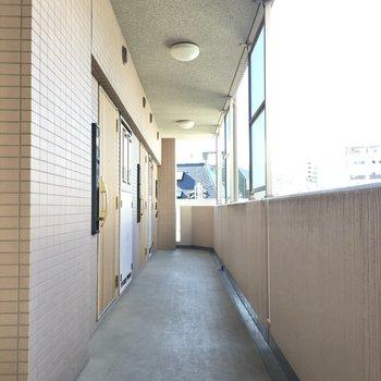 明るくきれいな共用廊下。