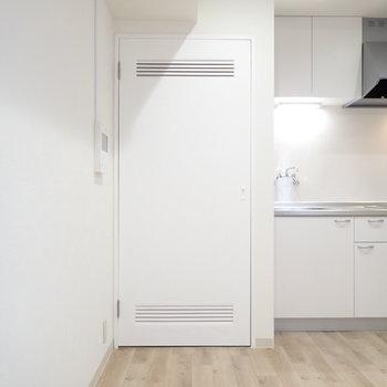 キッチン横にある扉は…